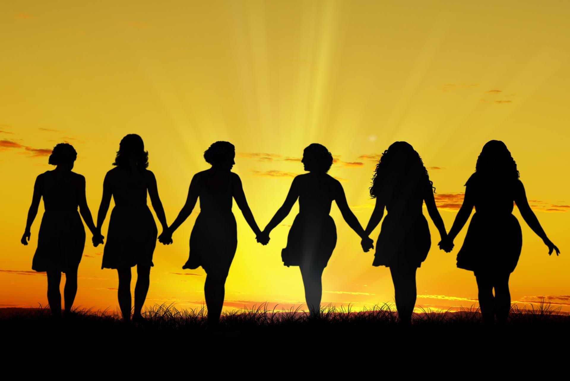 Femmes marchant main dans la main